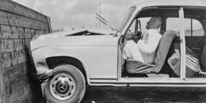 Innovation en cours dans l'intérêt de la sécurité : il y a 50 ans : toutes les voitures Mercedes-Benz de particulier étaient équipées d'une direction de sécurité, y compris un absorbeur d'impact